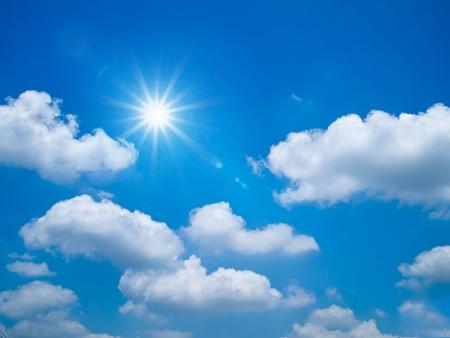 słońce: Jasny bÅ'Ä™kitne niebo i sun blask krajobrazu