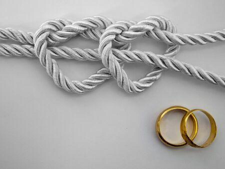 Double Heart shaped Silber Seil gebunden und ein Doppel-gold-ring Standard-Bild - 9510406