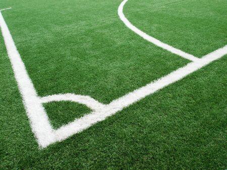Weiße Linie der Ecke des Fußballplatz aus Kunstrasen Standard-Bild - 9678758