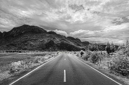 Schwarze und weiße Straße zum Berg in Thailand Standard-Bild - 10415696