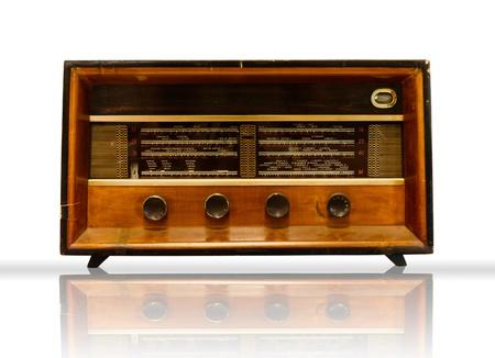 Old Wood Radio auf weißem Hintergrund und reflektieren Standard-Bild - 10436175
