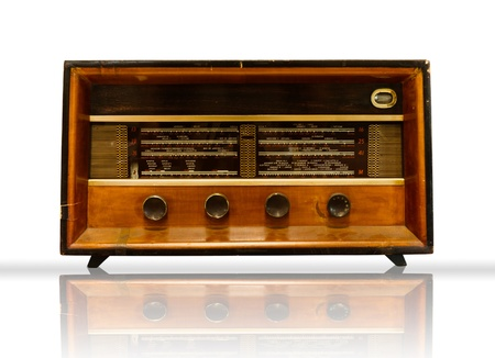 radio retr�: Vecchio legno Radio on white background e riflettere