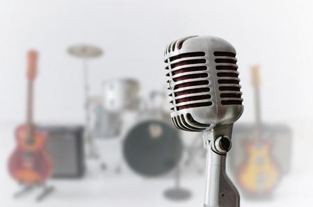 Alt Chrome Mikrofon und Blur Musikinstrument Hintergrund Standard-Bild - 10819905