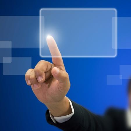dedo indice: Empresario índice de la mano derecha de prensa en el botón blanco transparente y fondo azul