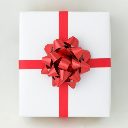Top-Blick auf roten Stern und Kreuz Linie Farbband auf Weißbuchkasten, Geschenk für Special Day Standard-Bild - 11638595