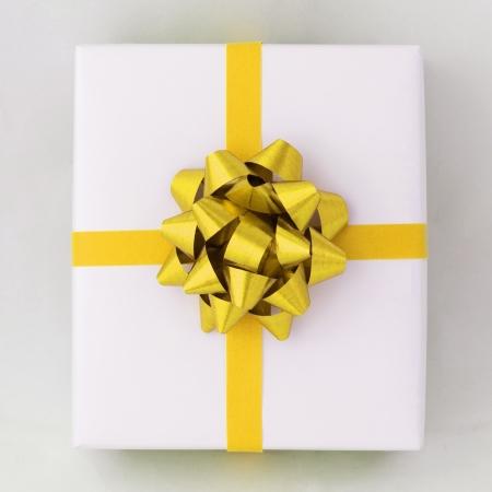 Draufsicht von Gold Star Line und Cross Band auf weißem Karton, Geschenk für besondere Tage Standard-Bild - 11638598