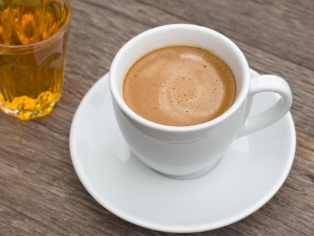 taza de t�: Copa de cer�mica blanca de caf� y un vaso de t� en la mesa de madera