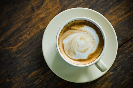 trompo de madera: Vista superior de la taza de cer�mica del caf� en la mesa de madera