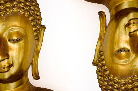 cabeza de buda: Dos Caras de la mitad de la imagen de Buda de oro aisladas sobre fondo blanco
