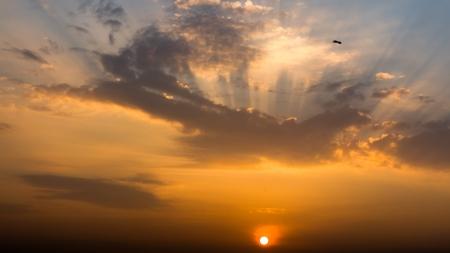 Sfeer van mooie zonsopgang en licht in de ochtend
