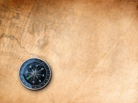 Schwarz Kompass auf braunem Papier mit alten Karte Hintergrund drucken Standard-Bild - 18398526