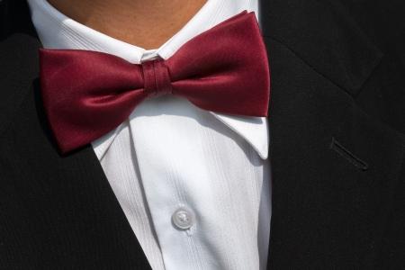 black tie: Pajarita roja en la camisa blanca y traje negro Foto de archivo