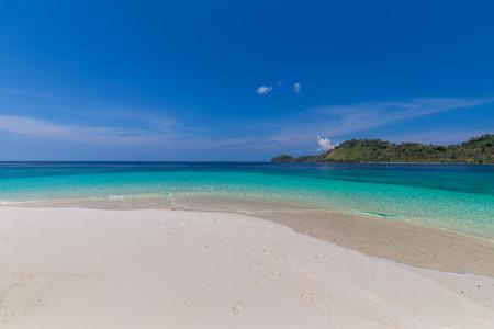 Tropikalny raj na plaży i błękitne niebo w Tajlandii