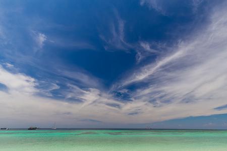 Eau claire et ciel bleu sur l'île paradisiaque de la mer tropicale de Thaïlande