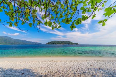 Hermosa playa blanca con árboles de mar tropical para vacaciones y relajación en la isla de Lipe, Tailandia
