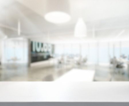 psací stůl: Stolní a rozmazání Office Of pozadí Reklamní fotografie
