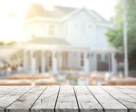 テーブル トップと建物の背景をぼかし
