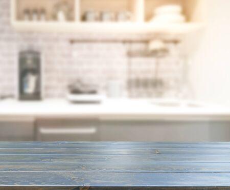 Piano Del Tavolo E Cucina Sfocata Sullo Sfondo