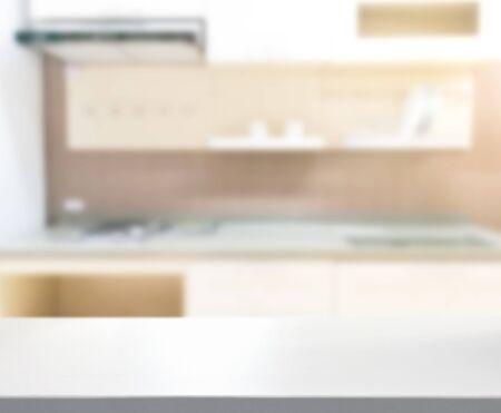 Tischplatte und Unschärfe-Küchenraum des Hintergrunds