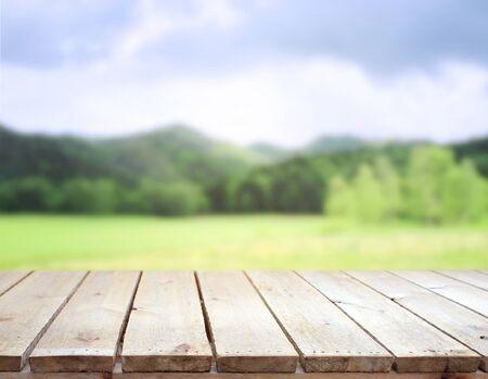 Tischplatte und Unschärfen der Natur für den Hintergrund Standard-Bild