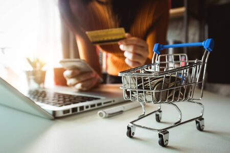 Cart Online Shopping concept. businesswoman hand using smart phone, tablet payments and holding credit card online shopping, omni channel, computer virtual icons 免版税图像 - 134665904