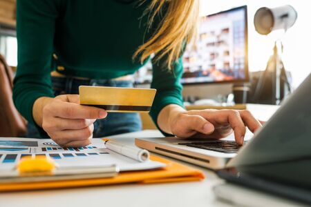 Business woman hands using smartphone and holding credit card with digital layer effect diagram as Online shopping concept 免版税图像 - 134665902