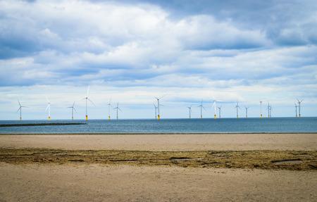 viento: Marino en la turbina de viento en un parque eólico en construcción frente a la Inglaterra