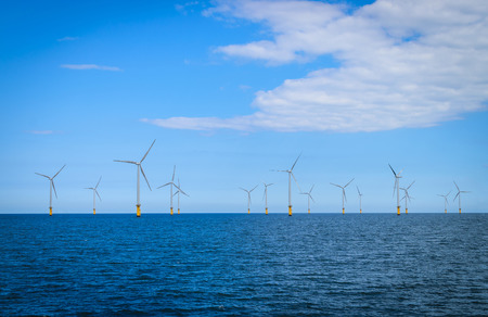turbina: Marino en la turbina de viento en un parque eólico en construcción frente a la costa de Inglaterra