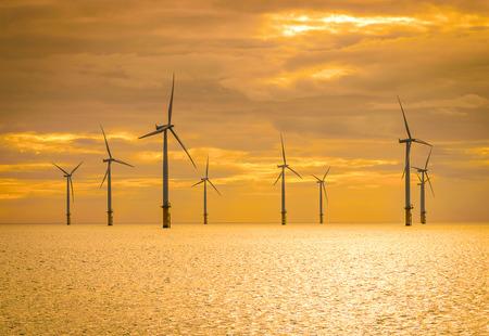 건설중인 풍력 농장에서 일몰 해상 풍력 터빈