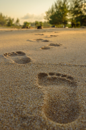 huellas pies: Huellas en la playa Foto de archivo