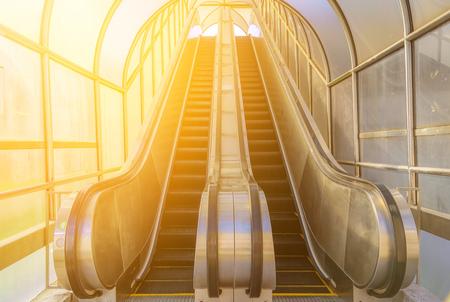 Escalera mecánica moderna, escaleras arriba y abajo en el edificio público. Foto de archivo - 62444317