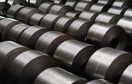 siderurgia: bobina de acero laminado en frío en el área de almacenamiento en la planta de la industria del acero. Foto de archivo