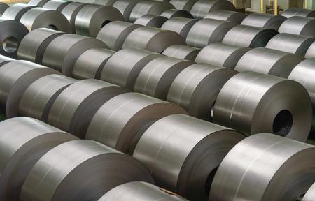 bobina de acero laminado en frío en el área de almacenamiento en la planta de la industria del acero. Foto de archivo