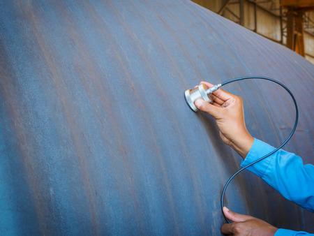 Inspecteur gebruikt ultrasone testmachine voor inspectiedefect in staalconstructie. Stockfoto