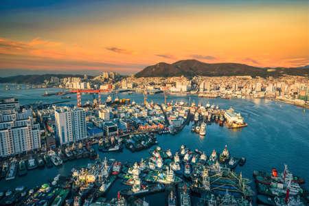Busan skyline and pier at sunset in Busan, South Korea. Standard-Bild