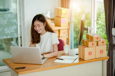 Biznes kobieta pracuje w domu na zakupy online. Koncepcja biznesowa online