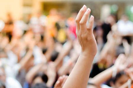 Levantando las manos por la participación.