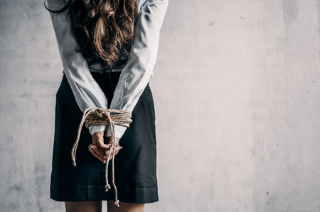 Frau Hände gebunden. Frauen wurden mit Handschellen gefesselt.Frau gefesselt.Kriminalität-Konzept.Kriminalität-Konzept.