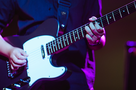 homme jouant de la guitare sur une scène concert de musique close-up view.guitarist joue.