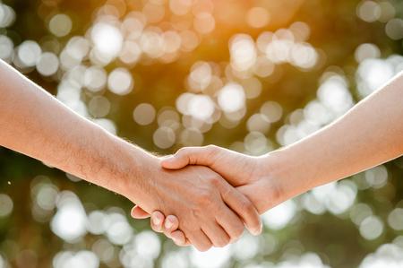 Serrez la main dans le parc.finissant une réunion.Hommes se serrant la main. Banque d'images