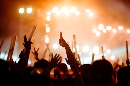 silhouettes de main en concert.Lumière de la scène.