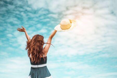 Des femmes asiatiques heureuses avec un chapeau tenant les bras tendus profitent de la vie pendant les vacances à la plage. plage, été, liftstyle, humeur positive, voyage, concept de détente.