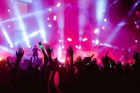 Silhouetten der Hand im Konzert.Licht von der Bühne. Standard-Bild