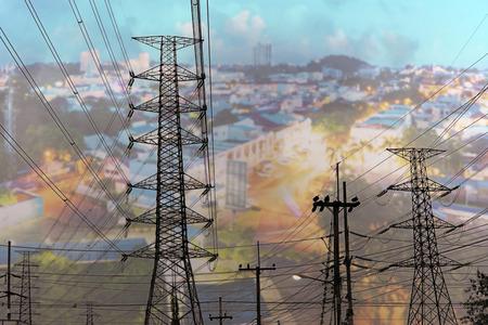 Stromleitung mit Stadtbildhintergrund, Strommast für den Geschäftshintergrund der Industrie, Konzept der Stromenergie für Großstadt, Strom für Metropolen Standard-Bild