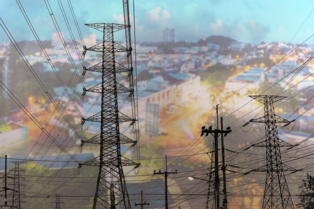 Transmission line of electricity with cityscape background, Electricity transmission pylon for industry business background, Concept of electricity energy for large city, Power for metropolitan Stockfoto