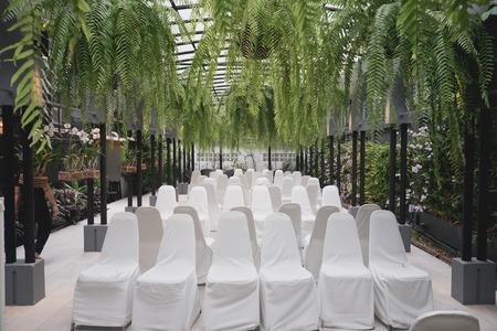 een hotel voorbereid voor een huwelijksceremonie in de tuin.