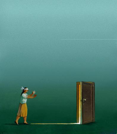 ojos vendados: una mujer con los ojos vendados en un c�sped durante una noche de niebla camina hacia la luz que viene fron una puerta entreabierta unreral Foto de archivo
