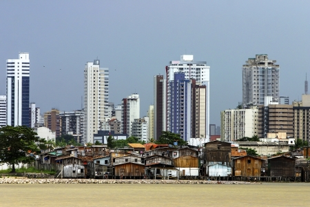 rio amazonas: Edificios modernos y los barrios marginales sobre pilotes en el r�o Guam�. Brasil