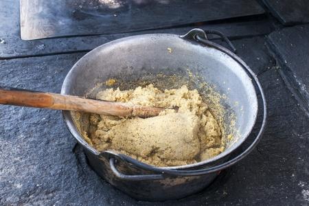poele bois: Cuisson de la polenta traditionnelle de montagne Valteline, le po�le � bois