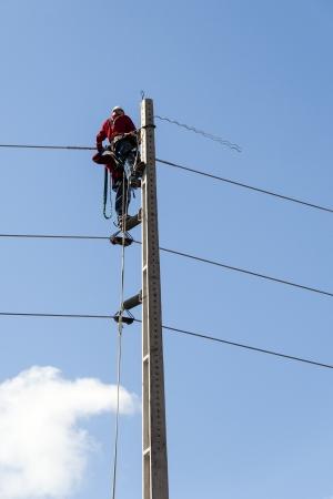 Electricistas trabajando en un pilón de la línea eléctrica pública. Fortaleza, Brasil Foto de archivo - 15435899